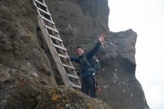 heimaklettur-leitern-auf-dem-weg-zum-vierten-gipfel-seven-peaks-hike-vestmannaeyjar